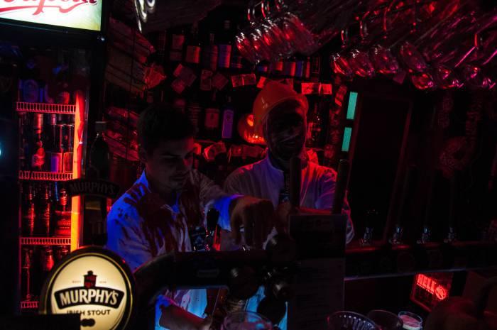 Атмосферные бармены. Фото Анастасии Вереск