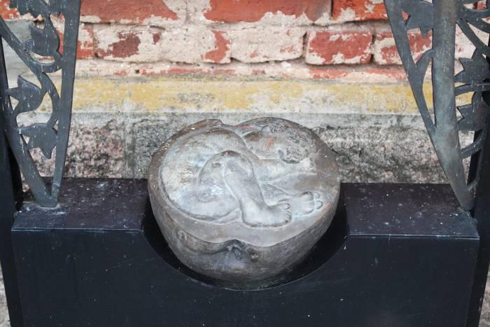 На плахе гильотины лежит половина яблока, символ греха, в котором зародыш ребенка. Фото Ольга Витебская