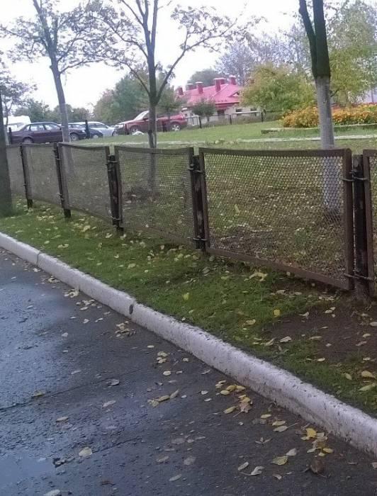 Что странного в этом заборе?