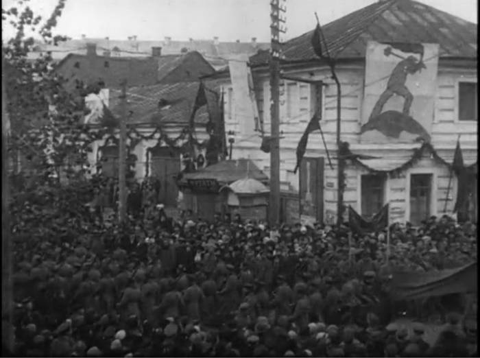 Парад 7 ноября 1918. Колонна поворачивает с площади Свободы на Замковую улиц. Праздничное оформление выполнено под руководством Марка Шагала.Фото evitebsk.com