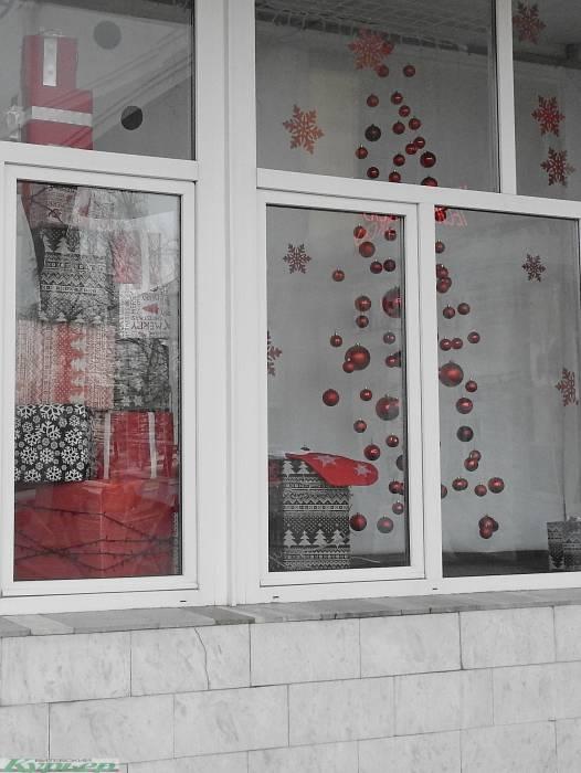 Акцент на красное. В Витебске к Новому году уже украсили витрину универмага