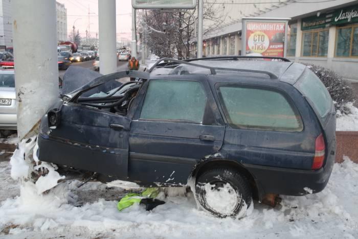 Утром возле площади Свободы стоял покореженный автомобиль, водитель погиб