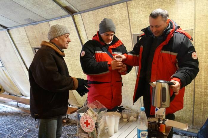 В Витебске на Смоленском рынке Красный Крест раздает бездомным горячее питание и теплые вещи