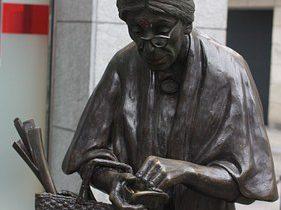 Брюссель. Пожилая женщина