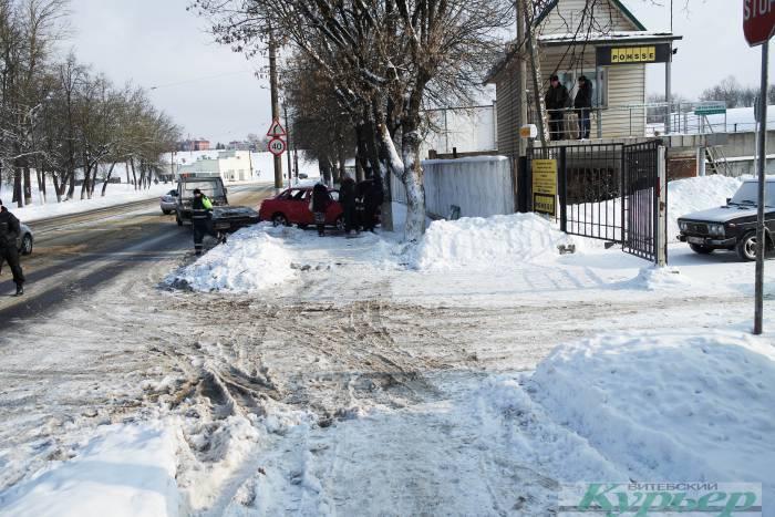 «Женщину доставали всем трамваем». На улице Академика Павлова лежал перевернувшийся автомобиль