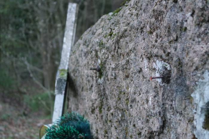 камень гвозди табличка орша