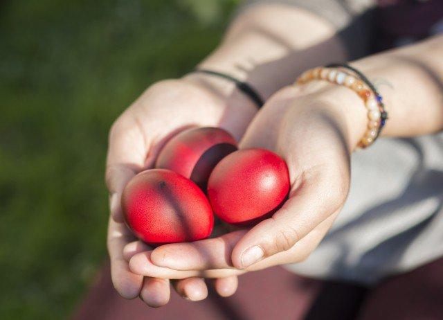 Три легенды, почему на Пасху принято красить яйца
