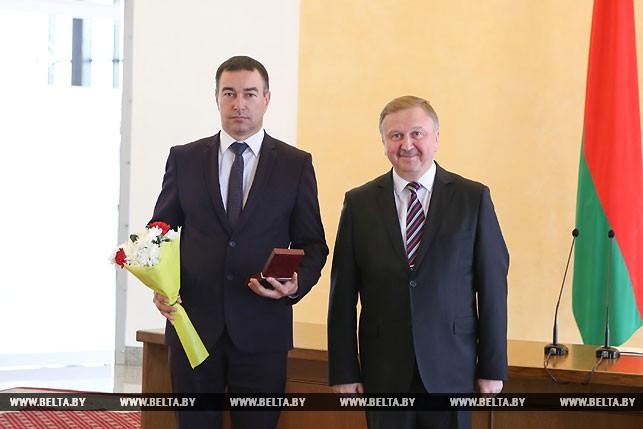 Сегодня Кобяков вручил награды заслуженным людям страны. Среди них директор «Центр культуры «Витебск» Александр Сидоренко