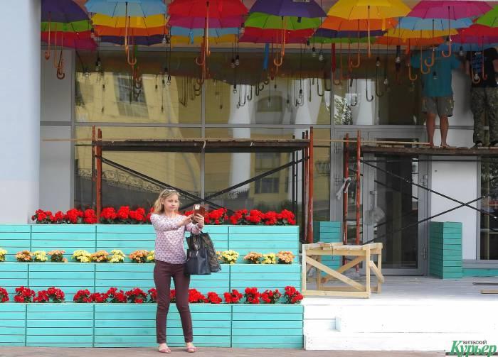 Центр Витебска украсили зонтики и цветы