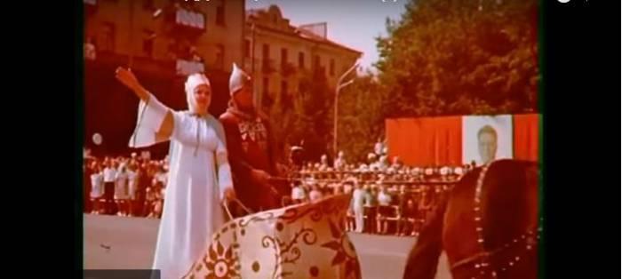 Когда синий дом был еще синим, а площадь Победы зеленой… Как праздновали День города 44 года назад