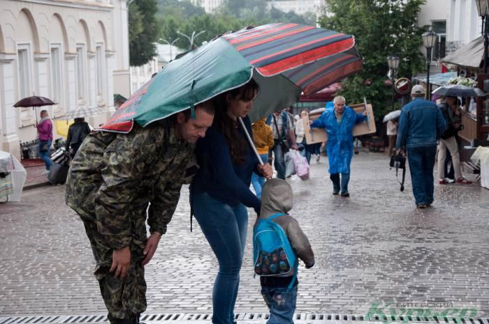 «Веселый» День города в Витебске: баскетбол в луже, сувениры из-под пленки и чей зонтик больше