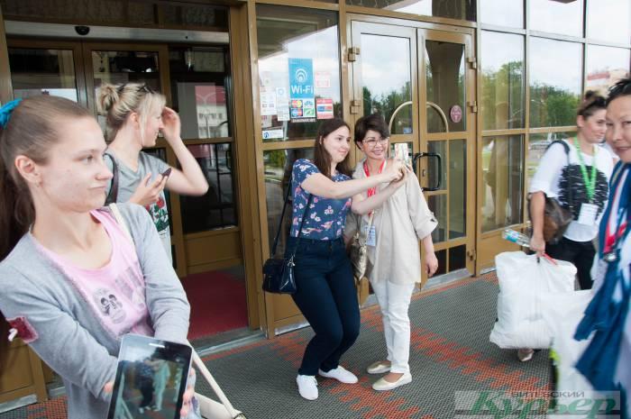 Своя жизнь: Возле гостиницы «Лучеса» фанаты сутками караулят звезд «Славянского базара в Витебске»