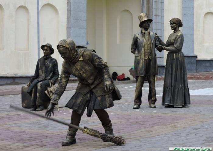 «Ожившие скульптуры». Что они делали на «Славянском базаре»