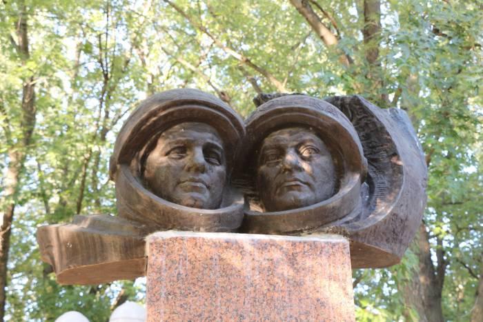 Кому в Витебске в сквере на улице Буденного посвящен памятник и почему композиция до сих пор безымянная