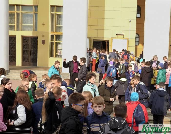 Как в Витебске школьники в театр ездят. В давке и толчее настроения на «предвкушение театра» нет (видео)