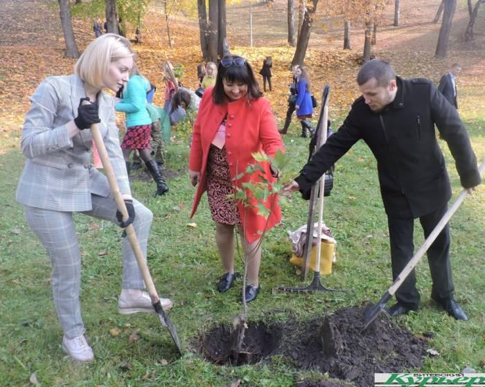 В Витебске учителя из Беларуси и России высадили более 50 деревьев в парке имени Фрунзе