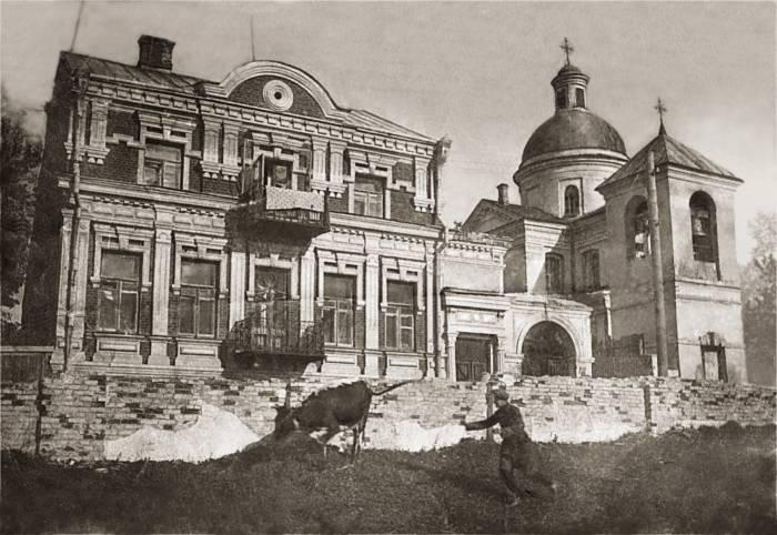 Улица Путна. Дом с картин Марка Шагала как будто покрылся коростой, а его задний фасад весь в метастазах цыганского стиля