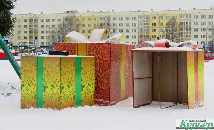 В Витебске разбирают 35-метровую новогоднюю елку. Праздники закончились (видео)