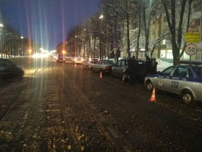 В Витебске на улице Фрунзе столкнулись 4 легковушки. Пострадал водитель одной из машин