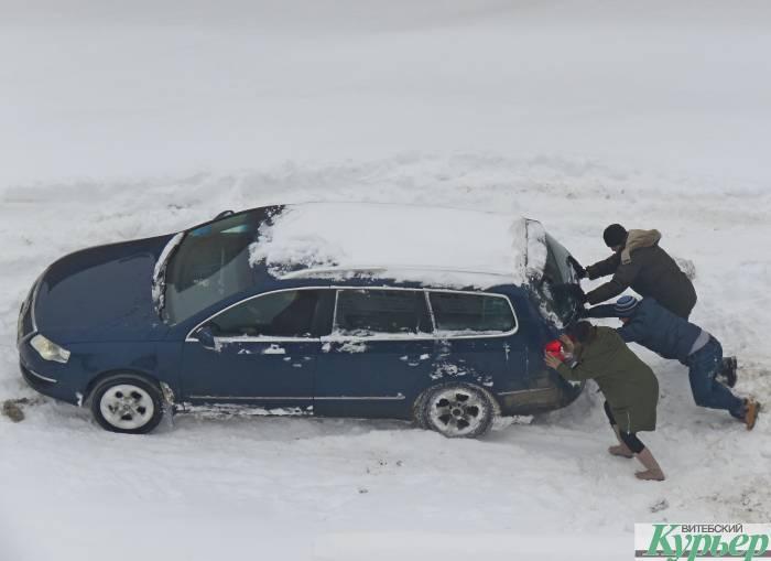 Два часа пытались вытолкнуть Volkswagen из снега во дворах на улице Правды