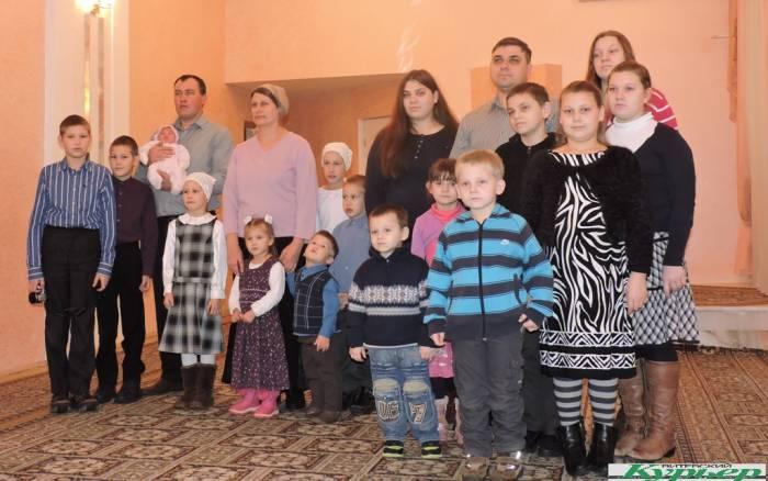 В витебском ЗАГСе выдали свидетельства о рождении под номерами 100 и 101. «Юбилейные» десятый и восьмой ребенок в семьях