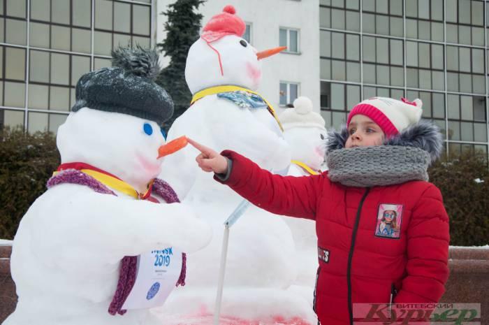 В Витебске на площади Победы появились удивительные фигуры из снега. Хрюшка в ванне, тигр и снежный город