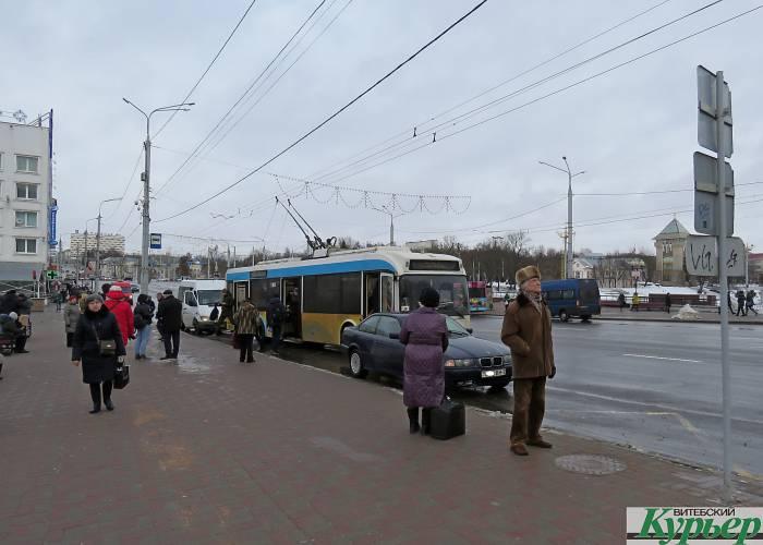 В Витебске жалуются на водителей, которые паркуются на остановках общественного транспорта