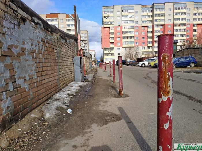 В Витебске в гаражном кооперативе на Правде установили защитное ограждение для пешеходов