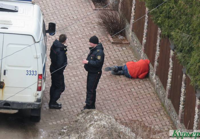 В Витебске на улице Клинической прохожий вдруг упал на тротуар лицом вниз