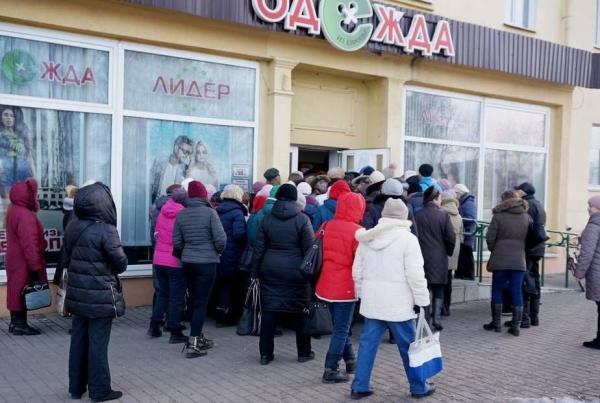 В Могилеве сотни человек брали штурмом секонд-хенд из-за цены. Житель города: «Это не признак экономии, а признак старческого маразма»