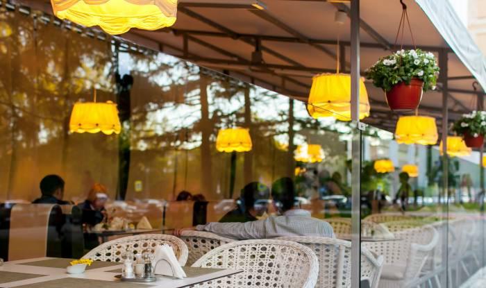В Витебске на центральных улицах к кафе и ресторанам массово пристраиваются летние веранды