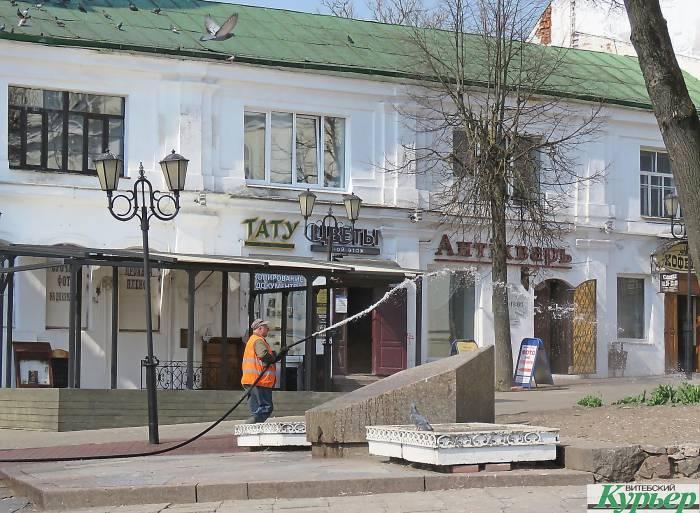 В Витебске помыли Ратушную площадь от голубиного помета