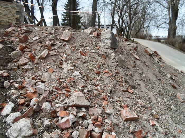 В Витебске в парке Фрунзе строители наткнулись на старые кирпичные стены и фундаменты дореволюционных зданий