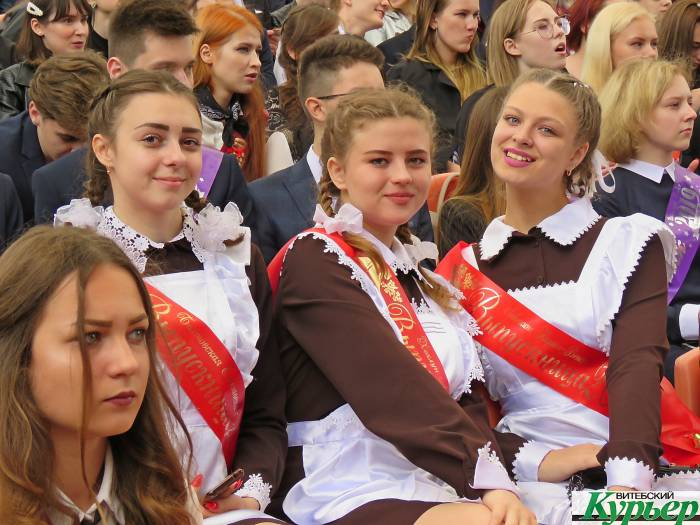 «Последний звонок» прозвенел для школьников Витебской области. Бывшие 11-классники прощались со школьной жизнью громко