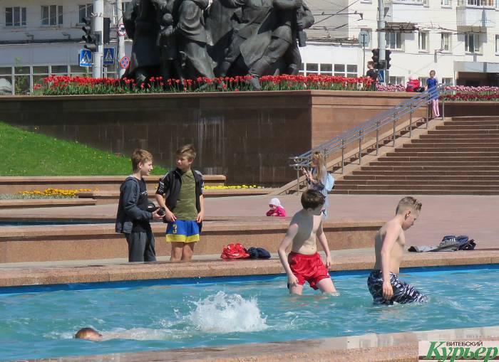 В Витебске такая жара, что люди купаются в фонтанах