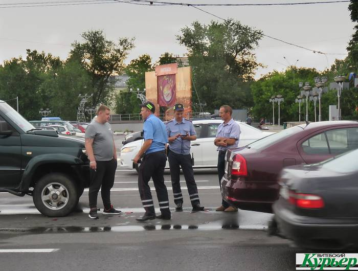 В центре Витебска столкнулись внедорожник и легковой автомобиль