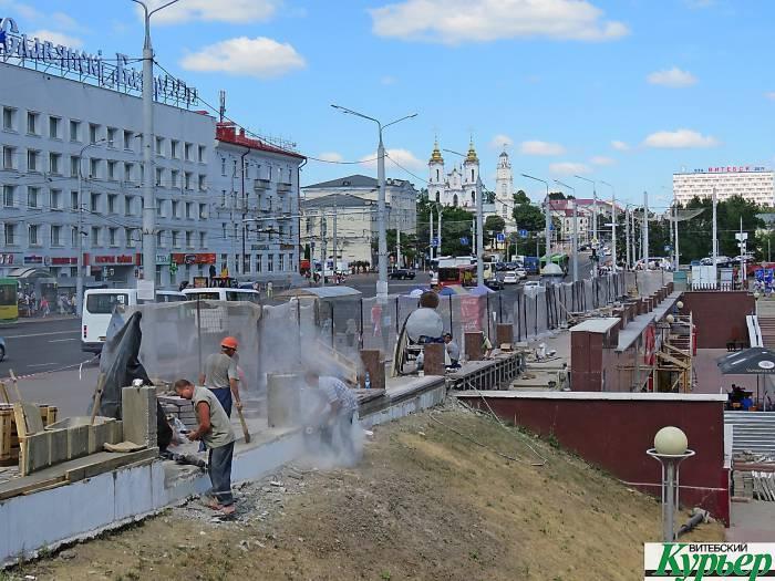 В Витебске в центре города интенсивно ставят гранитные ограждения