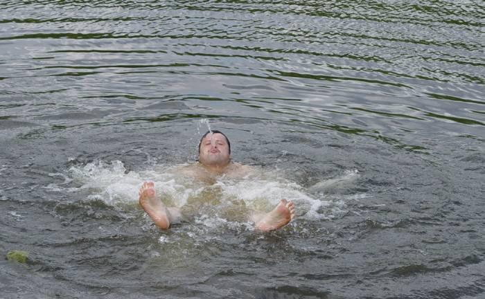 Как жители города купались в выходные на Витьбе (видео)