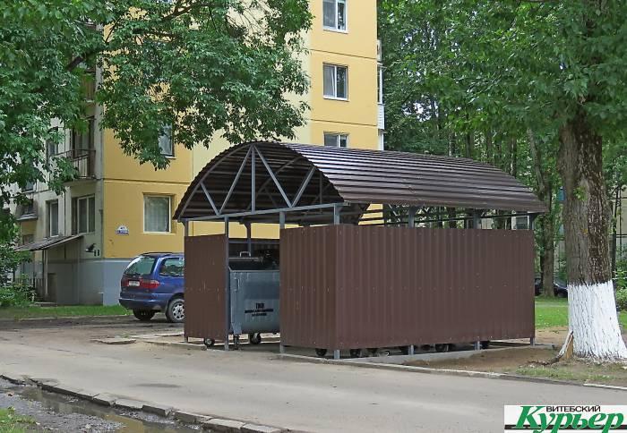 В Витебске появилась экспериментальная контейнерная площадка. Но люди мусор не всегда сортируют, а иногда там спят бомжи