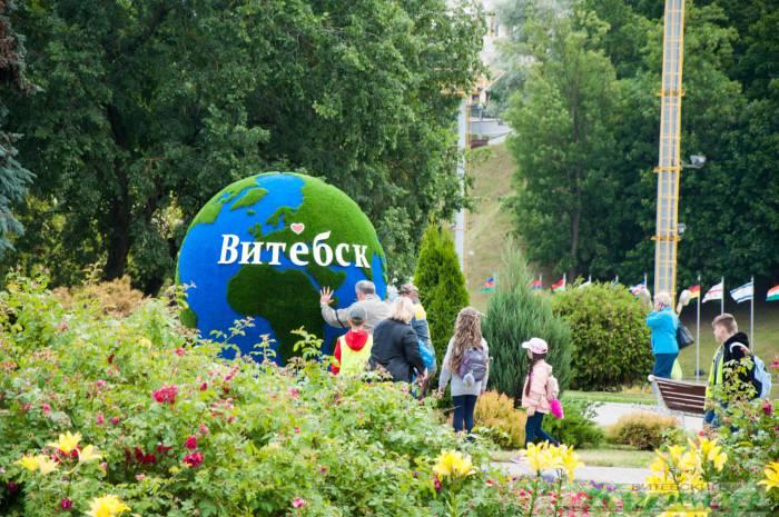 В центре Витебска появилась своя планета. Редчайшие кадры, как работники «Зеленхоза» крутят Землю