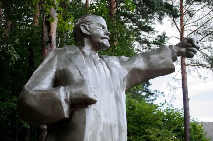 Скульптуру витебского «Ленина с котом» отремонтировали. Теперь Ленин показывает всем кулак