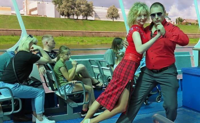 В Витебске на теплоходе танцевали аргентинское танго. Красиво и очень солнечно