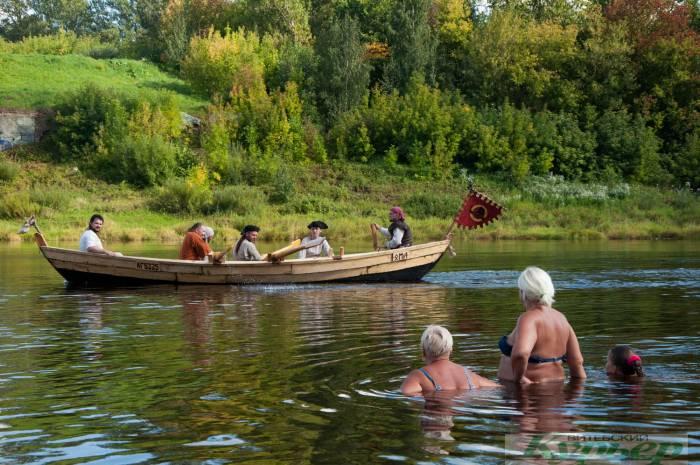 Как викинги сплавлялись на ладье возле моста Блохина в Витебске