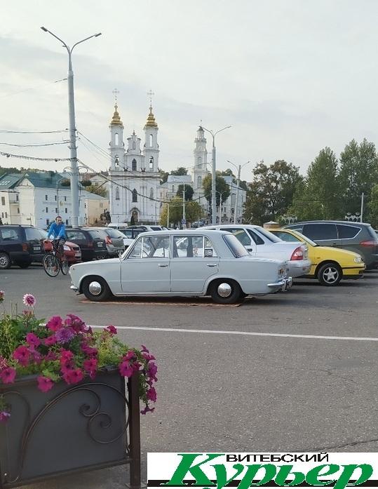 Жигули запарковались на ковре на площади Свободы в Витебске. Арт-объект, шок, шутка, провокация?