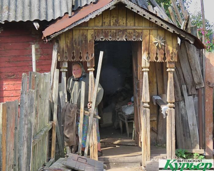 Бабушка Лина живёт в кошмарных условиях на проспекте Куйбышева в Витебске. Соседи жалеют женщину, но страдают от ее поведения