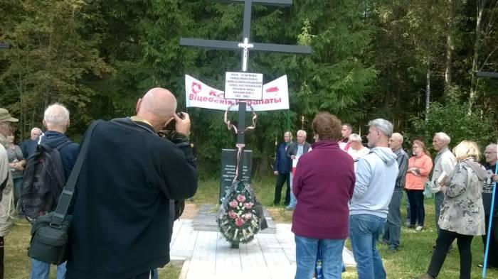 Памятник жертвам репрессий открыли под Витебском в Хайсах. «Народ Беларуси помнит про вас!»