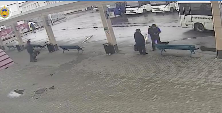 В Полоцке на вокзале 59-летний мужчина обворовал пьяную жительницу района. Украл телефон и 700 рублей