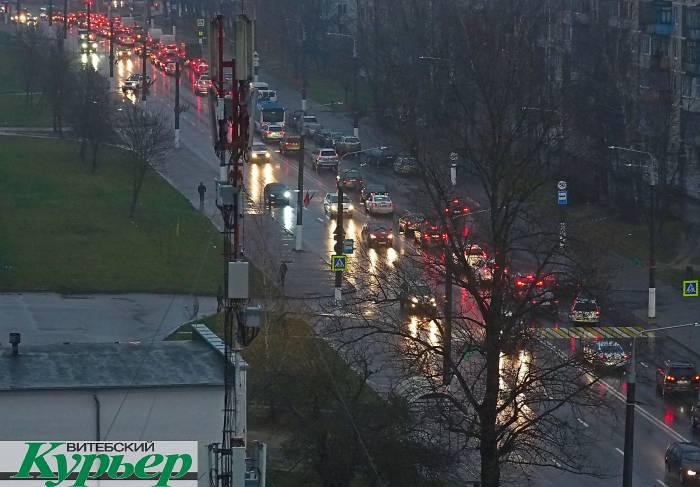 Витебск стоит в пробках из-за дождя, тумана и мелких ДТП