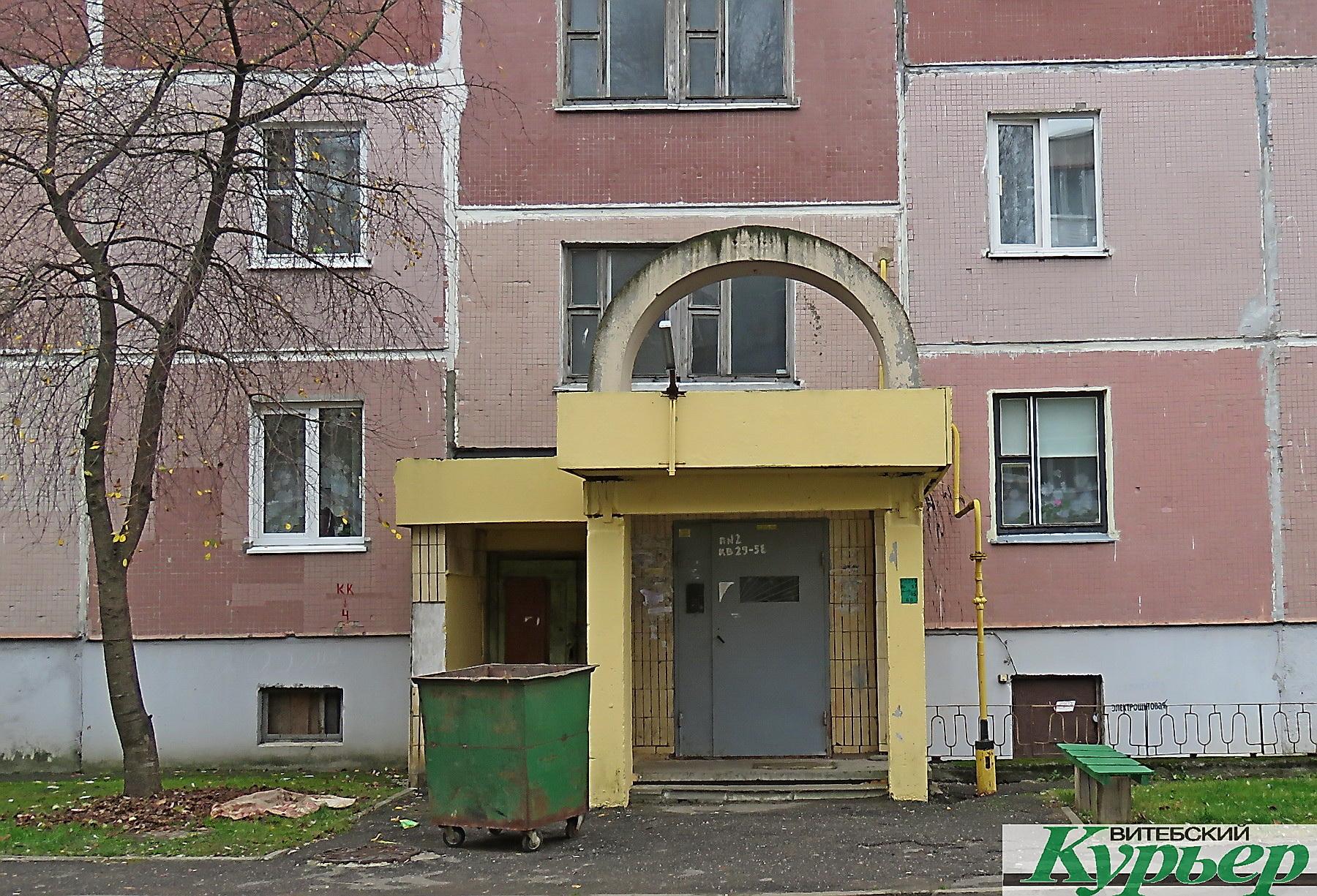 Несколько лет жильцы дома по улице Гагарина в Витебске жалуются в ЖКХ на воду в подъезде. Но никто не принимает мер