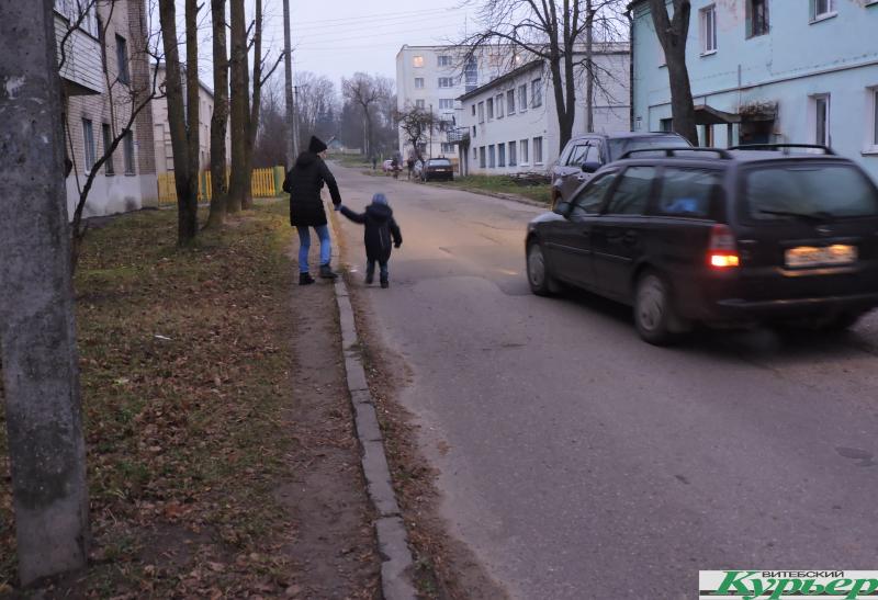 Дорога в сад и школу превратилась в опасную и непроходимую. Как живут в Витебске на улице Ленинградской
